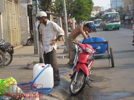 Người dân luôn phải chật vật đối phó với cảnh thiếu nước sinh hoạt tại các thành phố lớn.